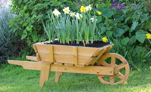 24 woodworking project ideas to enrich your garden cut for Outdoor wood projects ideas