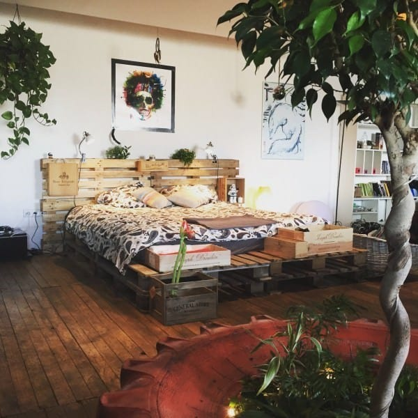 A Boho –Chic Atmosphere Integrating A Pallet Bed Frame And Greenery