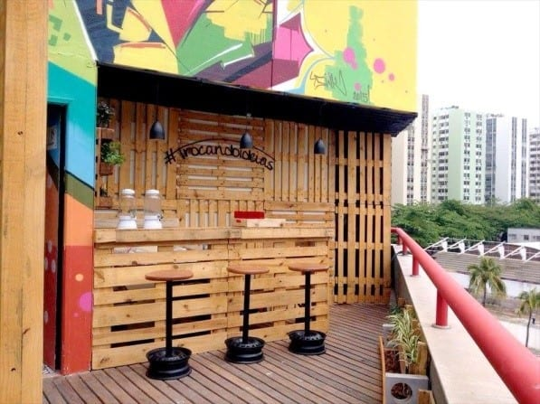 Outdoor Pallet Bar Design With Stools
